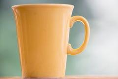 Gul coffeecup Fotografering för Bildbyråer