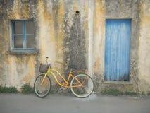 Gul cykel Arkivbilder