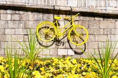 Gul cykel som är utsatt på de York stadsväggarna som ett symbol av Tour de France Arkivfoton
