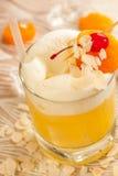 Gul drink med mandelar fotografering för bildbyråer