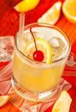 Gul drink och is arkivfoto