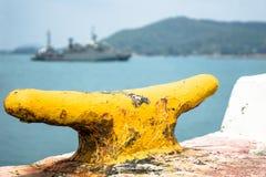 Gul dubb på sjö- port med marinskeppet som går till hamnen royaltyfri bild