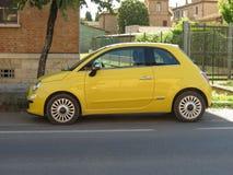 Gul Fiat ny bil 500 Royaltyfri Foto