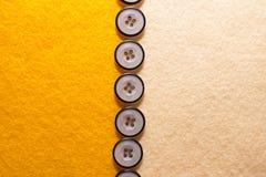 Gul filt med knappar Arkivbild