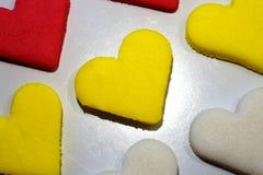 Gul formad kakabakgrund för socker hjärta arkivbild