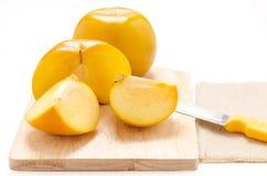 Gul frukt på vit bakgrund Arkivfoton