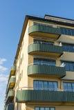 Gul functionalistic bostads- byggnad Stockholm Arkivbilder