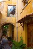 Gul gård på gatan i den grekiska staden Chania crete Fotografering för Bildbyråer