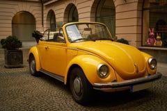 Gul gammal Beatle VW i Munich royaltyfri bild