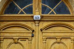 Gul gammal dörr med nummer 13 Royaltyfri Fotografi