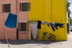 gul gammal vägg i Venedig Arkivbild