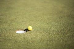 Gul golfballon på gräsplan Royaltyfri Bild