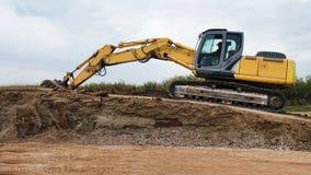 Gul grävskopa Working royaltyfria bilder