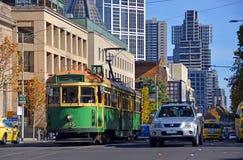 Gul & grön Melbourne spårvagn för tappning i den LaTrobe gatan Arkivbild