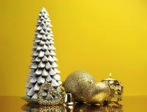 Gul guld- temajul gåva och baublegarneringar Royaltyfri Fotografi