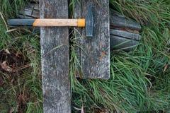 Gul hammare på det gamla trät arkivfoton