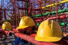 Gul hardhat på konstruktionsplats royaltyfri foto