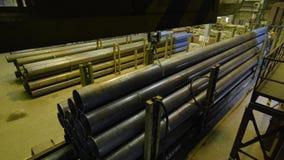 Gul inomhus kran Hänga för arbete av en kran på rören för växt för tillverkning av royaltyfria foton