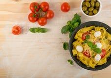 Gul italiensk pastapappardelle, fettuccine eller tagliatelle royaltyfri fotografi