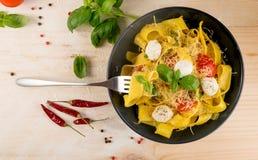 Gul italiensk pastapappardelle, fettuccine eller tagliatelle arkivfoto