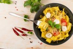 Gul italiensk pastapappardelle, fettuccine eller tagliatelle royaltyfri foto