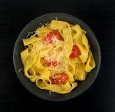 Gul italiensk pastapappardelle, fettuccine eller tagliatelle fotografering för bildbyråer