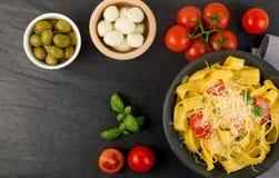 Gul italiensk pastapappardelle, fettuccine eller tagliatelle royaltyfria foton