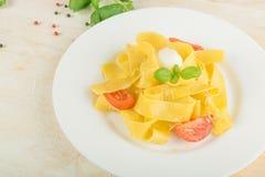 Gul italiensk pastapappardelle, fettuccine eller tagliatelle royaltyfri bild