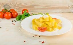 Gul italiensk pastapappardelle, fettuccine eller tagliatelle royaltyfria bilder