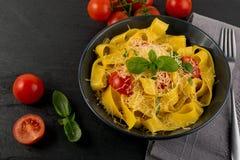 Gul italiensk pastapappardelle, fettuccine eller tagliatelle arkivbild