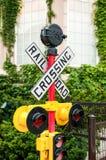 Gul järnvägkorsning tecken fotografering för bildbyråer