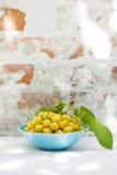 Gul körsbär i en bunke Royaltyfri Fotografi
