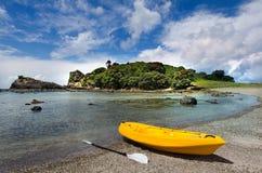 Gul kajak på kusten Royaltyfri Bild