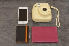 Gul kamera, smartphone, plånbok och pass Töm utrymme överkant arkivfoton