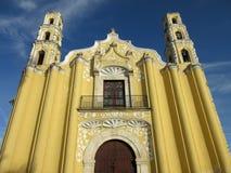 Gul katolsk kyrka i Merida Yucatan Arkivfoton