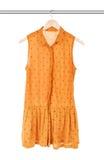 Gul klänning på en hängare royaltyfria foton