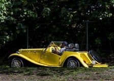 Gul klassisk sats-bil Royaltyfri Fotografi