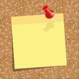 Gul klibbig anmärkning med ett rött push-stift mot bakgrunden av korkbrädet Royaltyfri Fotografi