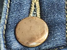 Gul knapp i jeans royaltyfria bilder