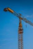 Gul konstruktionskran på byggnadsplats Royaltyfri Fotografi