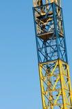 Gul kranstege med bakgrund för blå himmel Royaltyfri Foto
