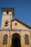Gul kyrklig byggnad och blå himmel Fotografering för Bildbyråer