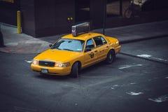 Gul lämnad taxiNew York City vänd Royaltyfri Foto