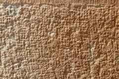 Gul lättnadstextur för kalksten Betongvägg och golv för Naturale bakgrundsbrunt Garnering av byggnader och landskapet fotografering för bildbyråer