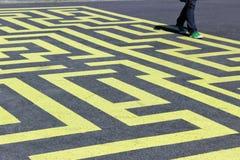 Gul labyrint på asfalt Arkivfoton
