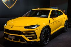 Gul Lamborghini Urusbil på den auto showen arkivbilder