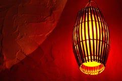Gul lampa och röd vägg bali indonesia Royaltyfri Bild