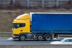 Gul lastbil med den blåa släpet Royaltyfri Fotografi
