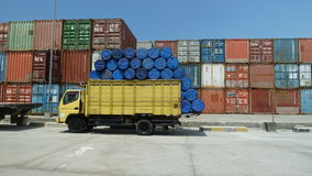 Gul lastbil på den Jakarta hamnen Arkivfoto