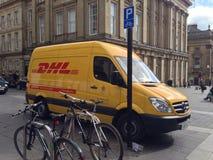 Gul leveransskåpbil Fotografering för Bildbyråer